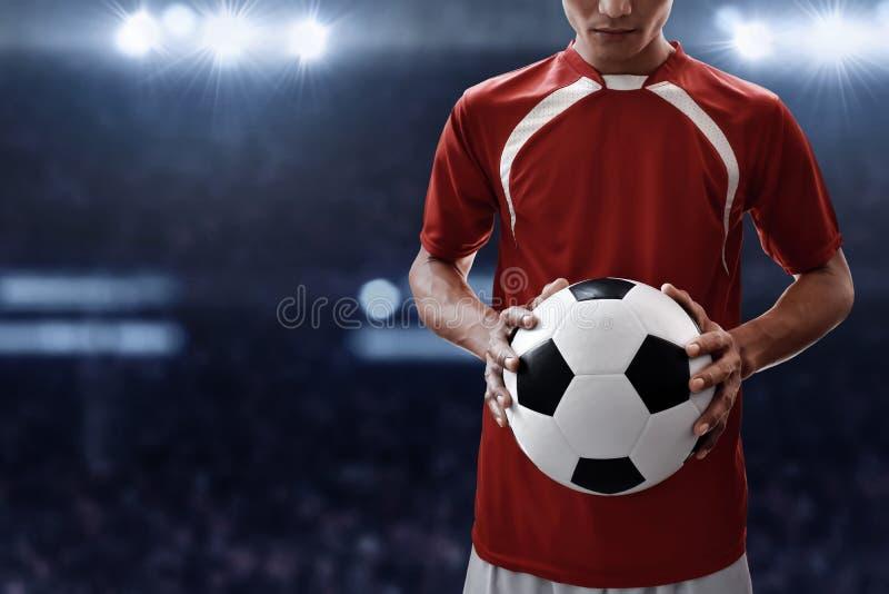 Boll för fotboll för håll för fotbollspelare fotografering för bildbyråer