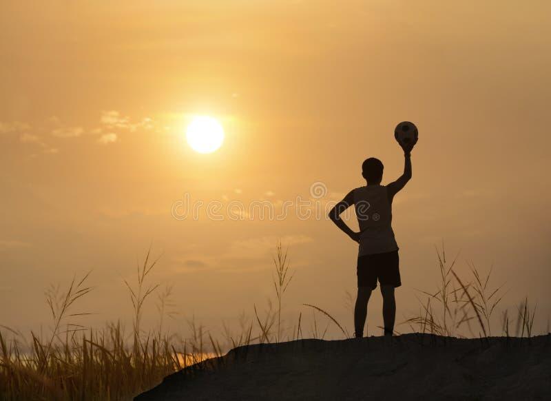 Boll för konturmankast med soluppgång eller solnedgång arkivfoton