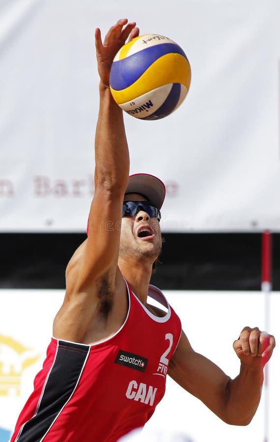 Boll för Serve för man för Kanada strandvolleyboll royaltyfri foto