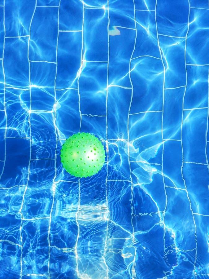 Boll i simbassängen arkivbild