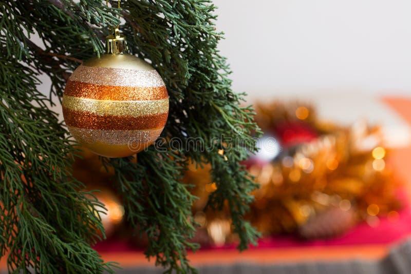 Boll på julgranen för jul och garnering för nytt år royaltyfri fotografi