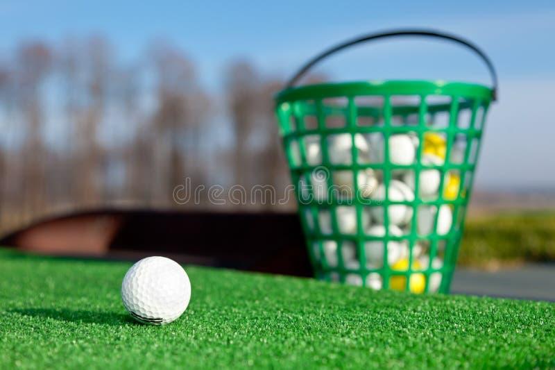 boll som kör golfområde royaltyfri foto