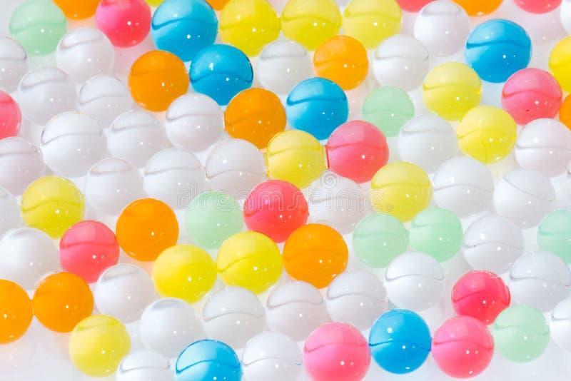 Bollar av den kulöra polymern stelnar, hydrogelpärlor royaltyfri bild
