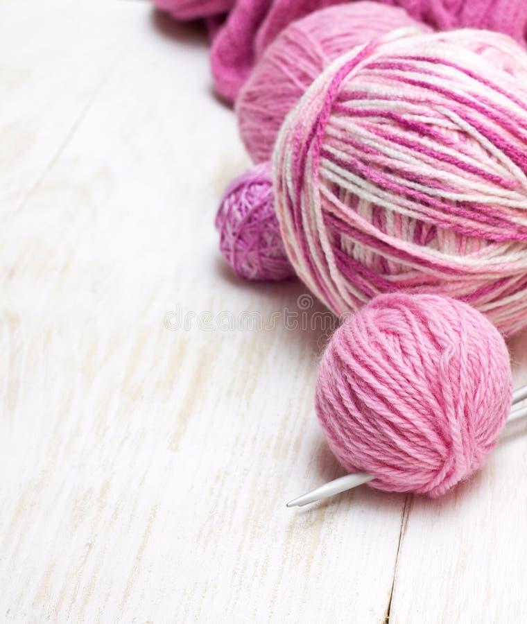 Bollar av rosa garn royaltyfri foto