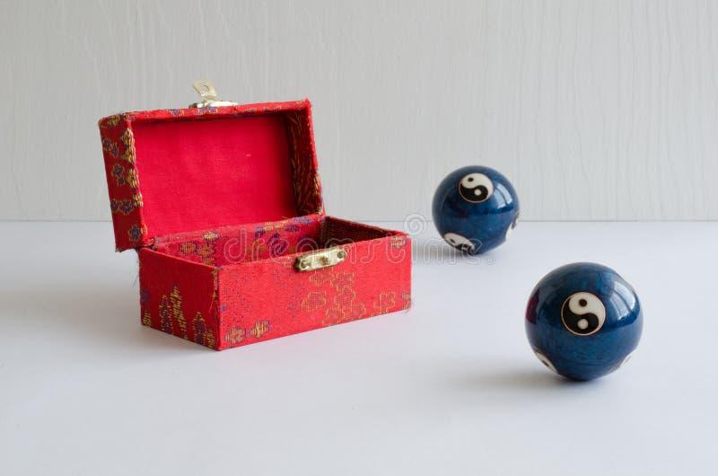 Bollar av yin och yang Styrkan av yin och yang styrka är två anknöt delar av en helhet royaltyfri foto