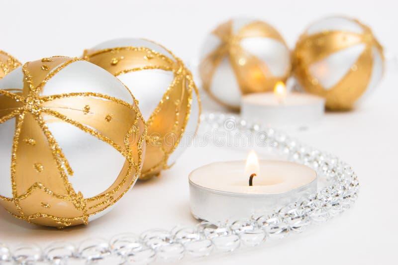 Bollar för gul och vit jul arkivfoton