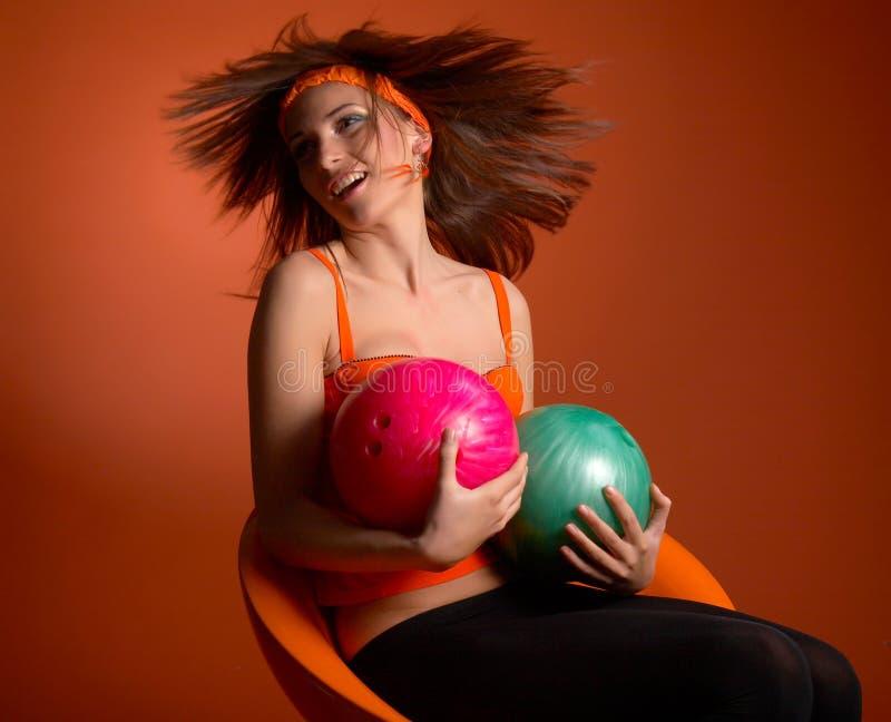 bollar som bowlar holdingkvinnabarn arkivbilder