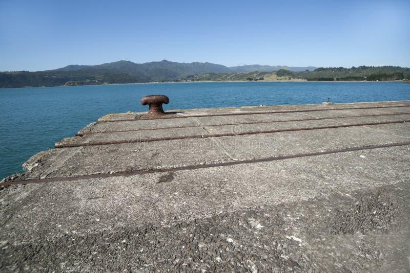 Bollarden avslutar på av den disused hamnplatsen royaltyfria bilder