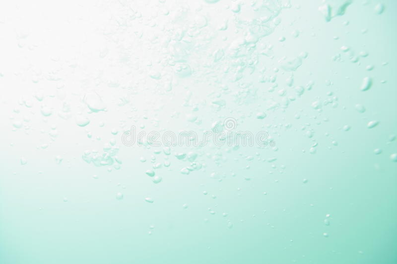 Bolle di aria in acqua blu fresca fotografia stock