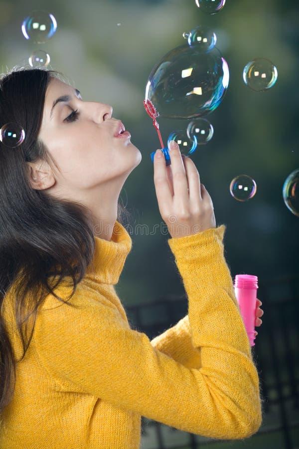 Bolle di salto della giovane donna immagini stock