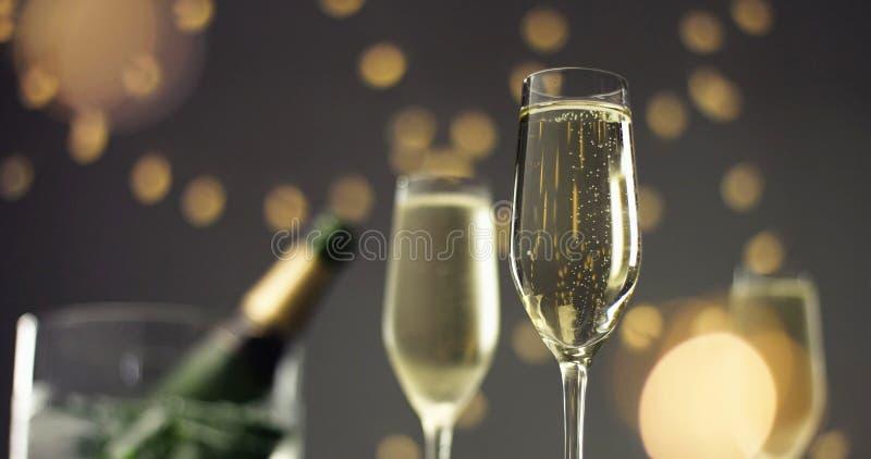Bolle festive in un vetro di vino spumante fotografia stock