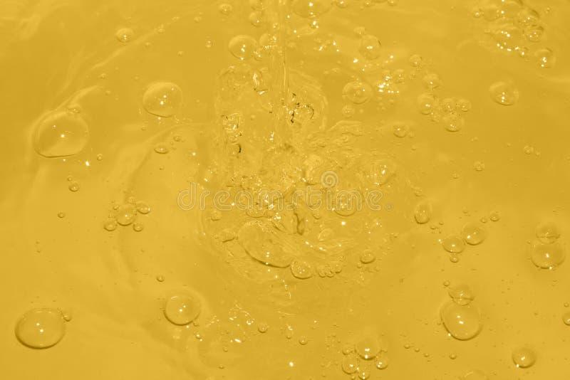 Bolle gialle sull'acqua immagine stock