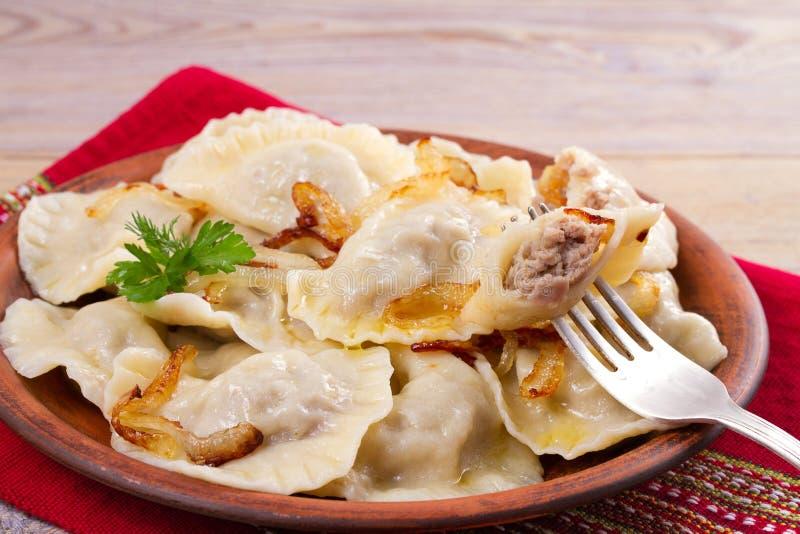 Bollen, met vlees worden en met zoute gekarameliseerde ui worden gediend gevuld die die Varenyky, vareniki, pyrohy pierogi, royalty-vrije stock fotografie