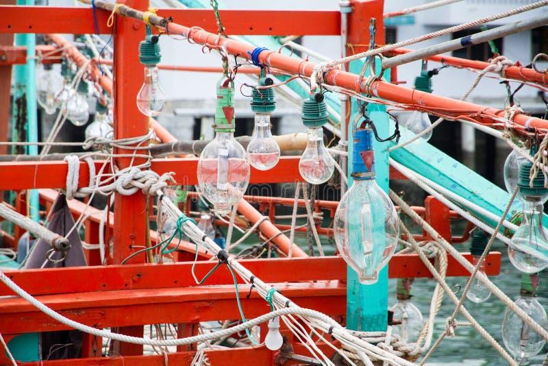 Bollen voor visserij op de vissersboot Pijlinktvis vissersboot lichte B stock afbeelding