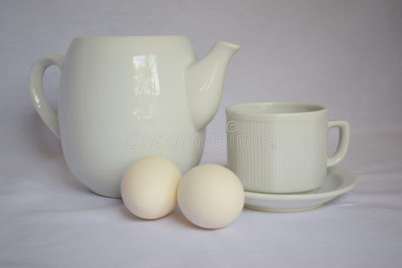 Bollitore bianco di natura morta con la tazza bianca su bianco fotografia stock