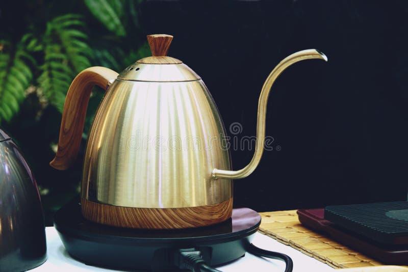 Bollitore del gocciolamento del caffè per la fine del caffè americano della mano su immagini stock