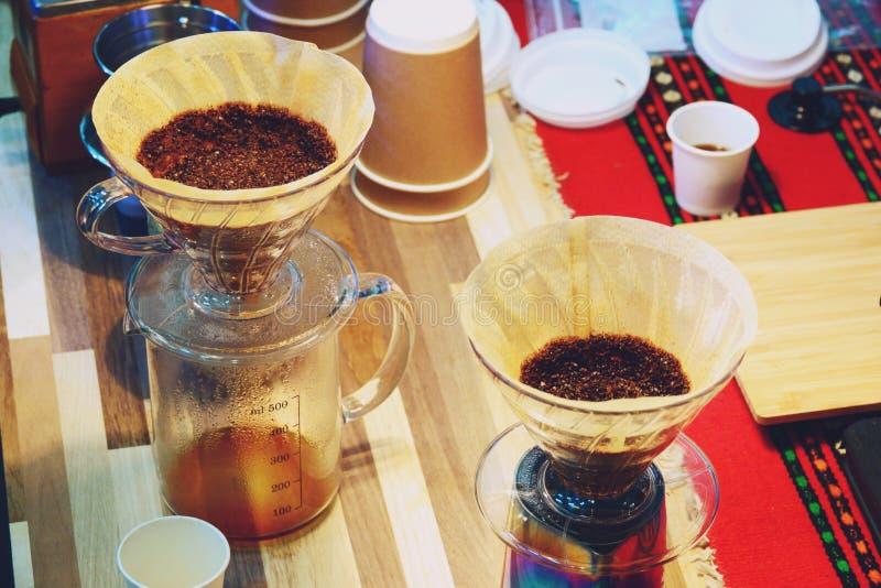 Bollitore del gocciolamento del caff? per la fine del caff? americano della mano su immagini stock