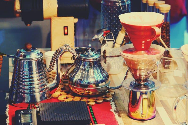 Bollitore del gocciolamento del caff? per la fine del caff? americano della mano su fotografia stock libera da diritti