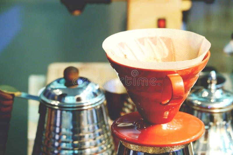 Bollitore del gocciolamento del caff? per la fine del caff? americano della mano su immagine stock libera da diritti