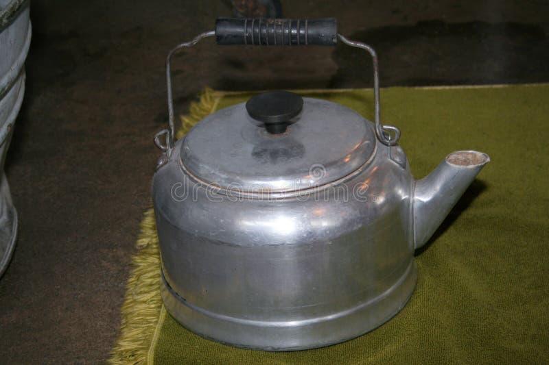 Bollitore o caffettiera di tè di alluminio con gli anni 40 del coperchio agli anni 60 fotografia stock libera da diritti