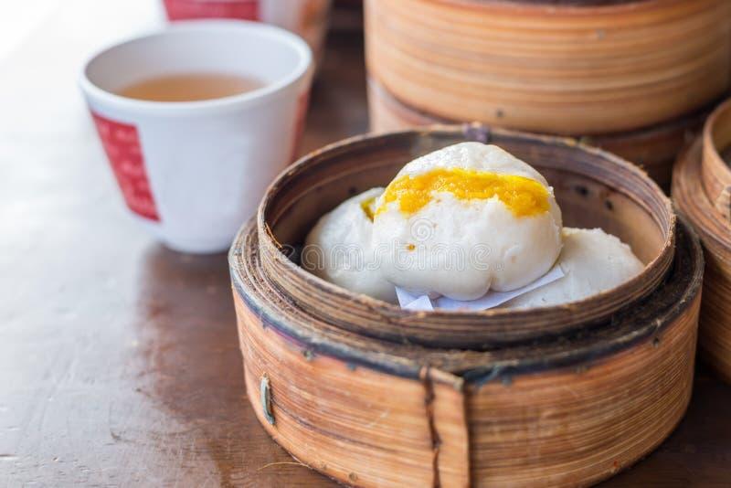 Bollo cremoso cocido al vapor chino de las natillas; Plato asiático fotos de archivo