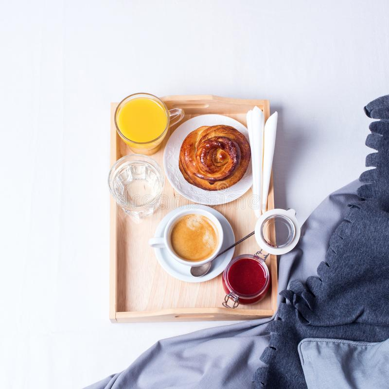 Bollo del café de la bandeja de la cama del desayuno de la mañana fotografía de archivo