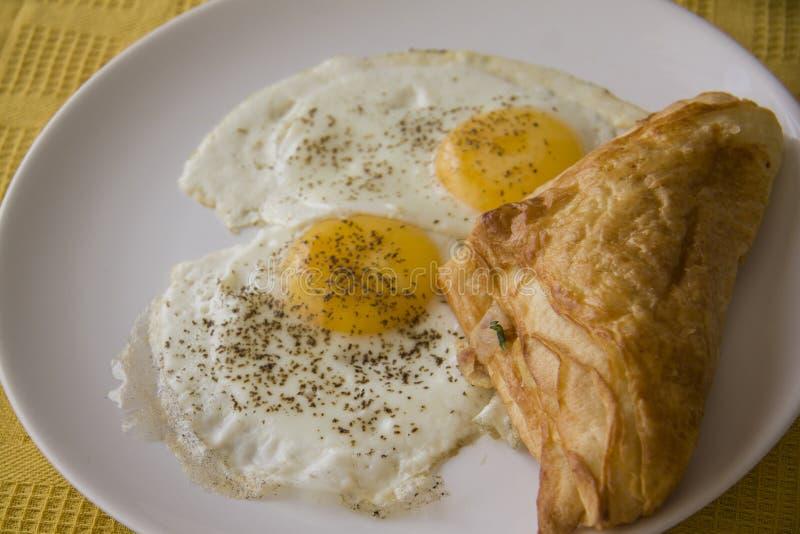 Bollo del soplo y huevos fritos foto de archivo libre de regalías