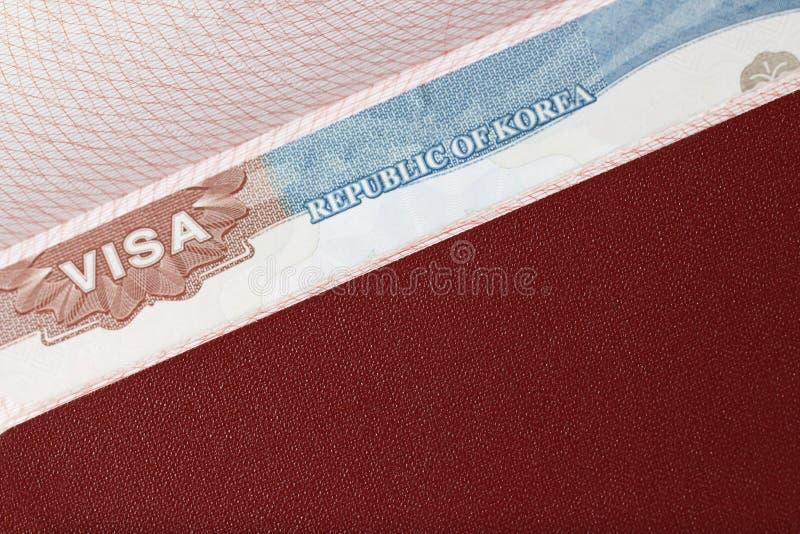 Bollo di un visto coreano nel primo piano del passaporto, vista superiore immagine stock