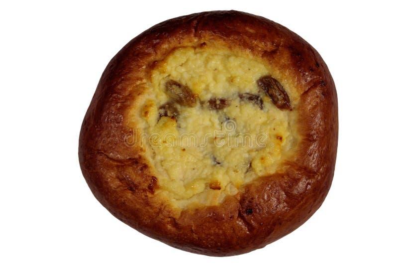 Bollo redondo dulce con el requesón y el pastel de queso de las pasas aislados en blanco fotos de archivo libres de regalías