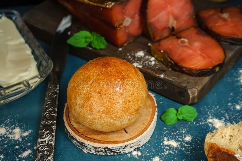 Bollo sin levadura hecho en casa, rebanadas de pescados rojos y mantequilla Nutrición sana con los productos naturales imagen de archivo
