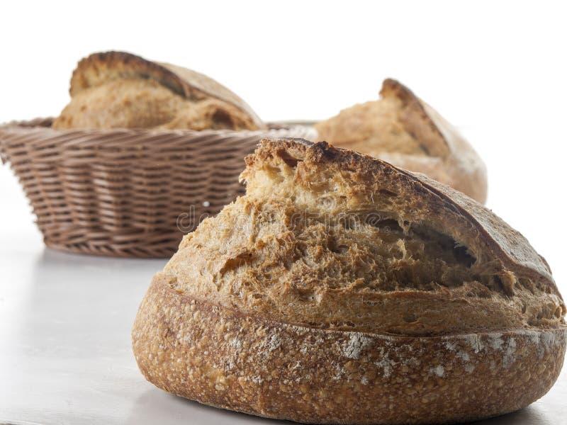 Bollos artesanales del pan dentro de un castillo con un fondo blanco foto de archivo libre de regalías