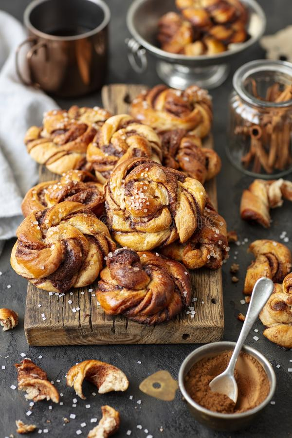 Bollos de canela suecos, pasteles dulces de la levadura fotografía de archivo