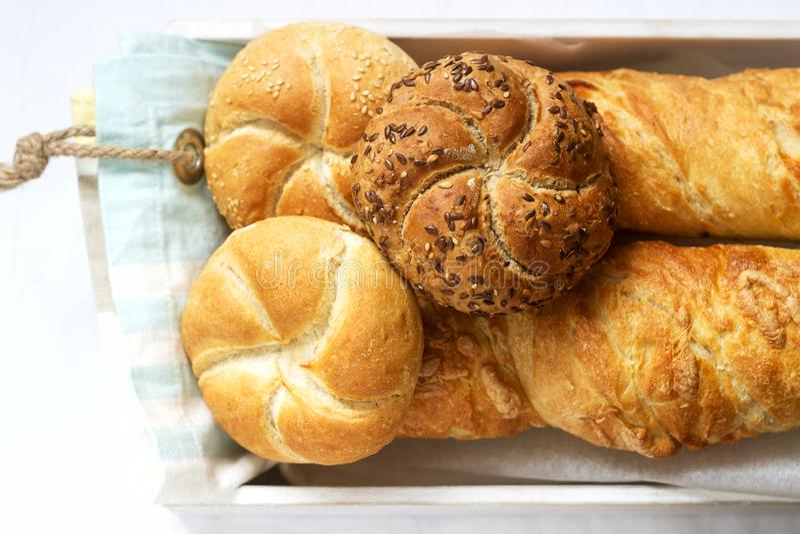 Bollos de la harina del trigo y de centeno de Kaiser con las semillas, los mini baguettes con el jamón y el queso, pan fresco Foc imágenes de archivo libres de regalías