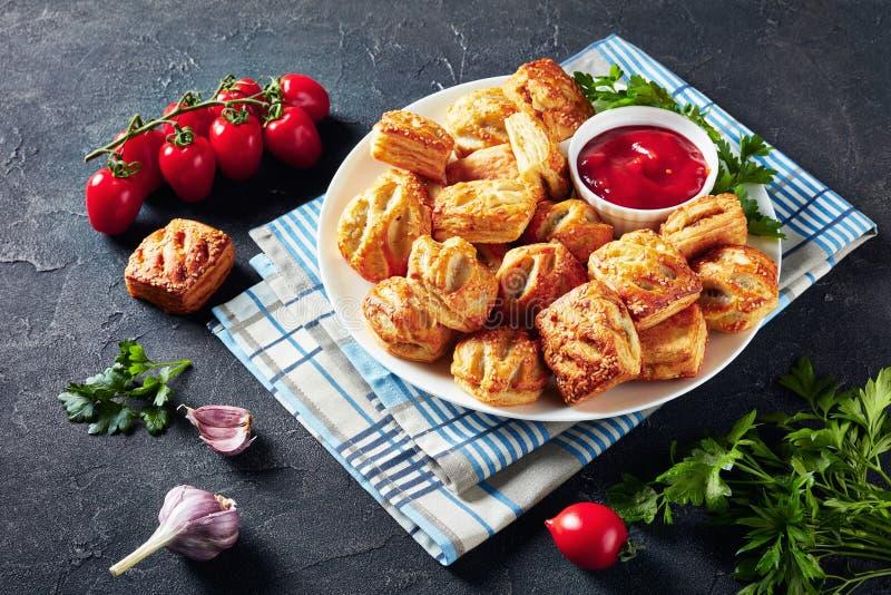 Bollos de la pasta de hojaldre con la carne picadita del pollo fotografía de archivo libre de regalías