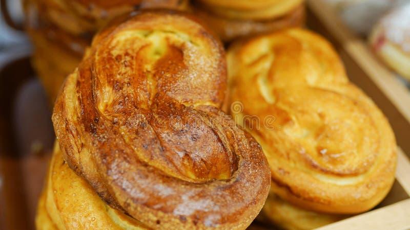 Bollos del horno Transportador con pan fresco Pan blanco en el horno Bollos calientes confiter?a fotografía de archivo libre de regalías