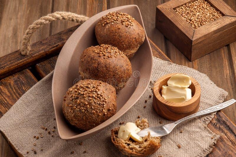 Bollos gluten-libres bajos en carbohidratos cocidos con las semillas de coriandro imagen de archivo libre de regalías