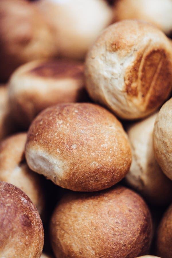 Bollos hechos caseros del pan en forma redonda con la corteza crujiente de Brown foto de archivo libre de regalías