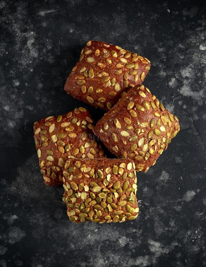 Bollos orgánicos rústicos del bocadillo con las semillas de calabaza fotos de archivo libres de regalías