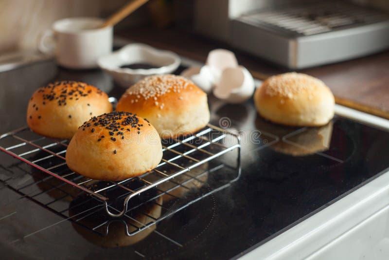 Bollos recientemente cocidos al horno Caliente, fresco de los bollos de hamburguesa del horno Bollos de hamburguesa hechos en cas imagen de archivo libre de regalías