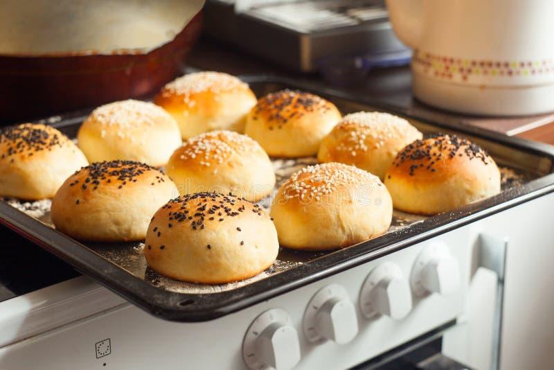 Bollos sabrosos con sésamo Bollos recientemente cocidos al horno Caliente, fresco de los bollos de hamburguesa del horno Bollos d fotos de archivo