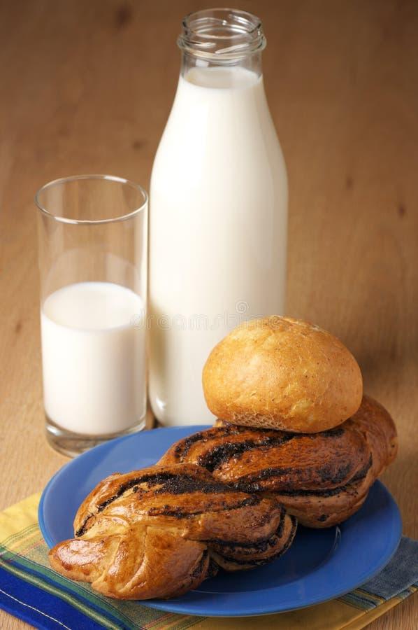 Bollos y leche fotos de archivo libres de regalías