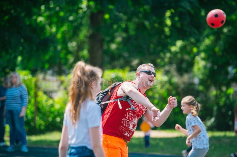 Bollspel Årlig vårfestival av familjlekar fotografering för bildbyråer