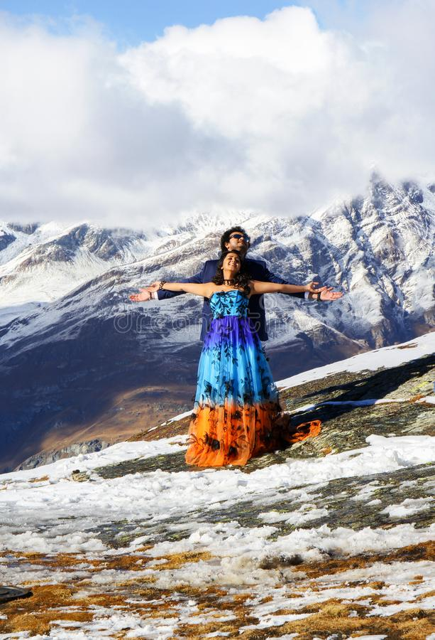 Bollywood skådespelare i sommardräkter gör filmen över de schweiziska fjällängarna royaltyfria foton