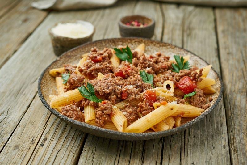 Bolończyka makaron Fusilli z pomidorowym kumberlandem, zmielona minced wołowina alla aubergine tła kuchni świeżych włoskich norma zdjęcia royalty free