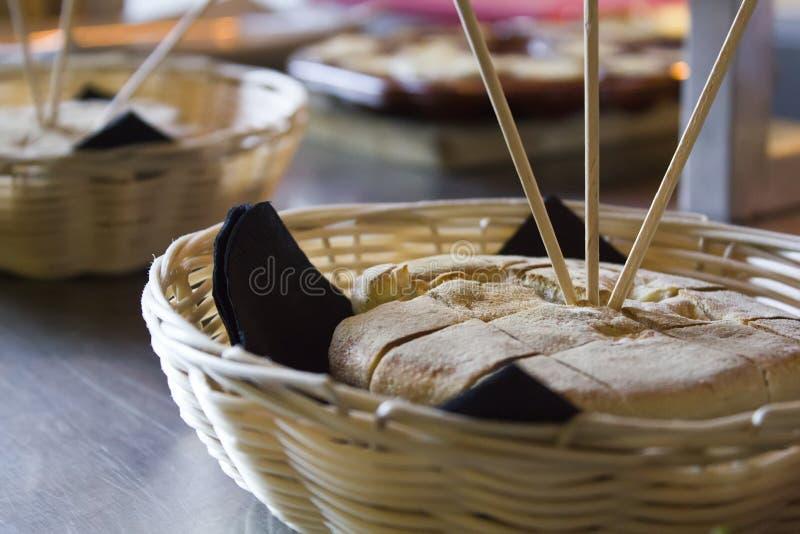 Bolo ` хлеба Мадейры типичный делает ` Caco в плетеной корзине стоковая фотография