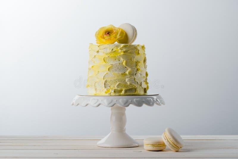 Bolo amarelo e flor fresca foto de stock royalty free