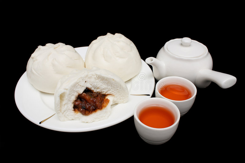 Bolo assado chinês da carne de porco com Teapot e Teacups fotografia de stock royalty free