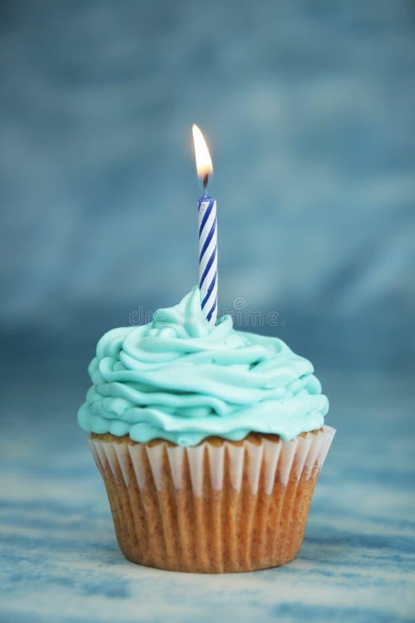Bolo azul do aniversário imagem de stock