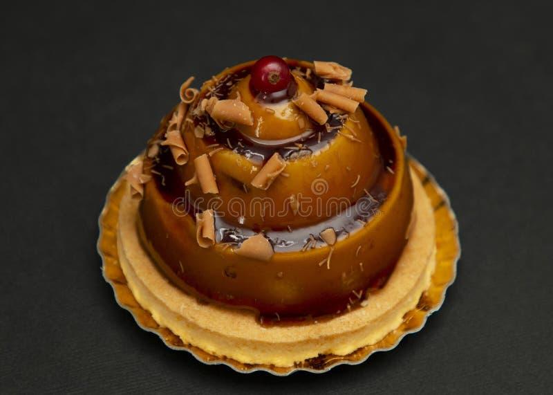 Bolo bonito à moda do caramelo com a baga na parte superior foto de stock