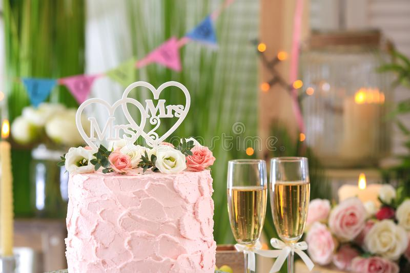 Bolo bonito para o casamento lésbica decorado com flores imagens de stock